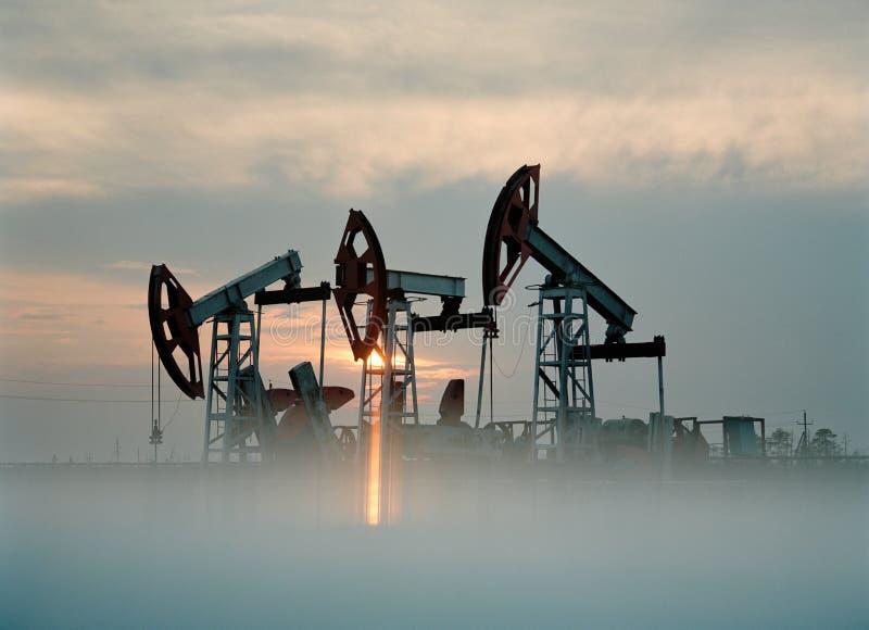 Produção de petróleo do russo. Equipamentos no campo petrolífero fotografia de stock royalty free