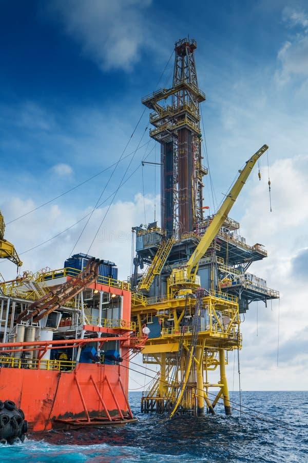 Produção de petróleo e gás e exploração a pouca distância do mar, trabalho macio do equipamento sobre a plataforma remota imagem de stock