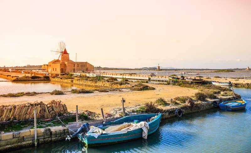 Produção de sal de Sicília, mar do moinho de vento de Trapani, Itália fotos de stock royalty free
