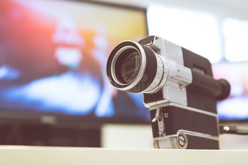 Produção do filme: câmera de filme velha em uma mesa, sala do vintage de corte no fundo fotografia de stock