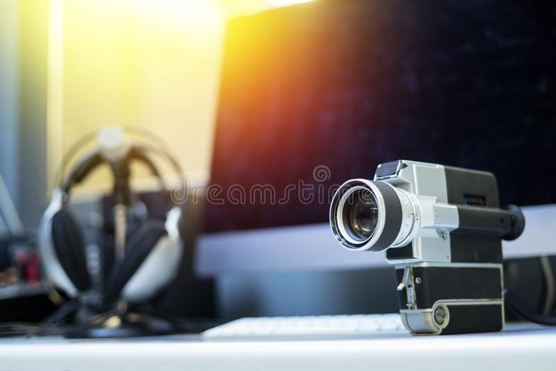 Produção do filme: câmera de filme velha em uma mesa, sala do vintage de corte no fundo sunshine imagens de stock royalty free
