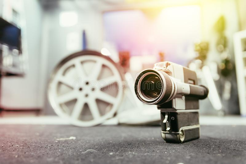 Produção do filme: câmera de filme velha no assoalho, estúdio do vintage da produção no fundo imagem de stock royalty free