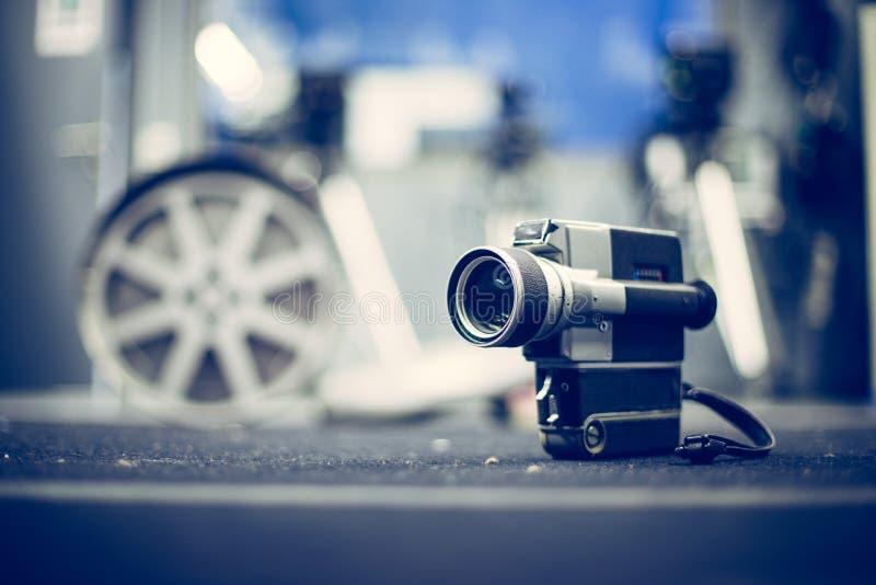 Produção do filme: câmera de filme velha no assoalho, estúdio do vintage da produção no fundo foto de stock