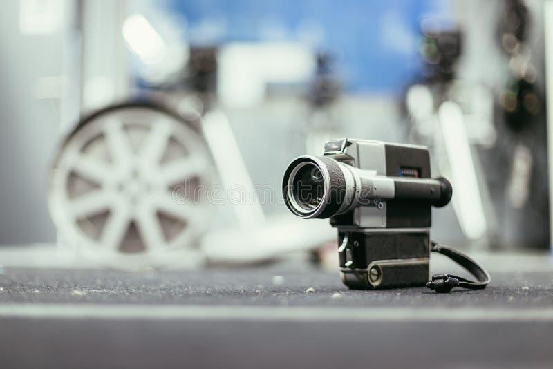 Produção do filme: câmera de filme velha no assoalho, estúdio do vintage da produção no fundo fotografia de stock