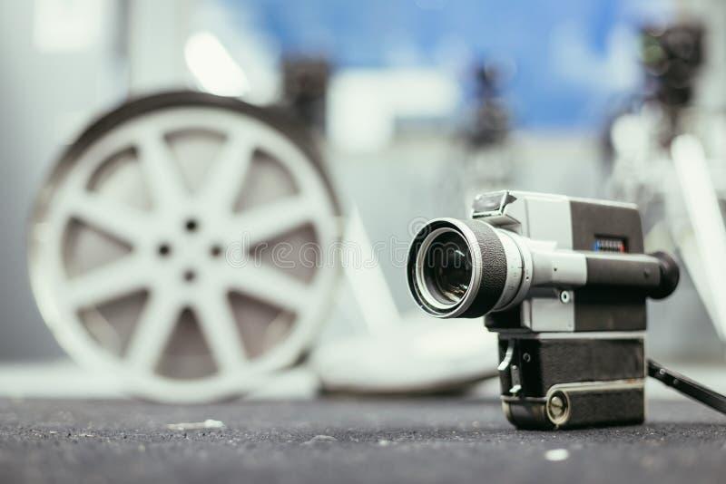 Produção do filme: câmera de filme velha no assoalho, estúdio do vintage da produção no fundo fotografia de stock royalty free