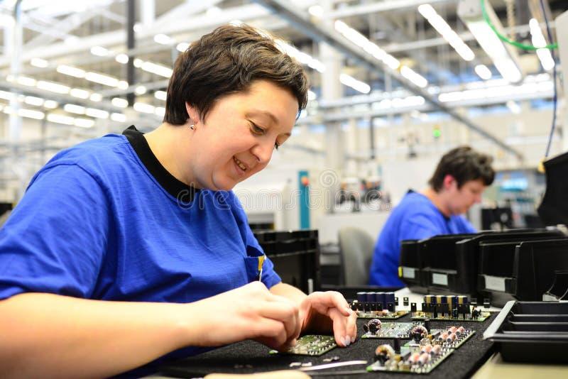 Produção e conjunto da microeletrônica em uma fábrica da olá!-tecnologia imagem de stock