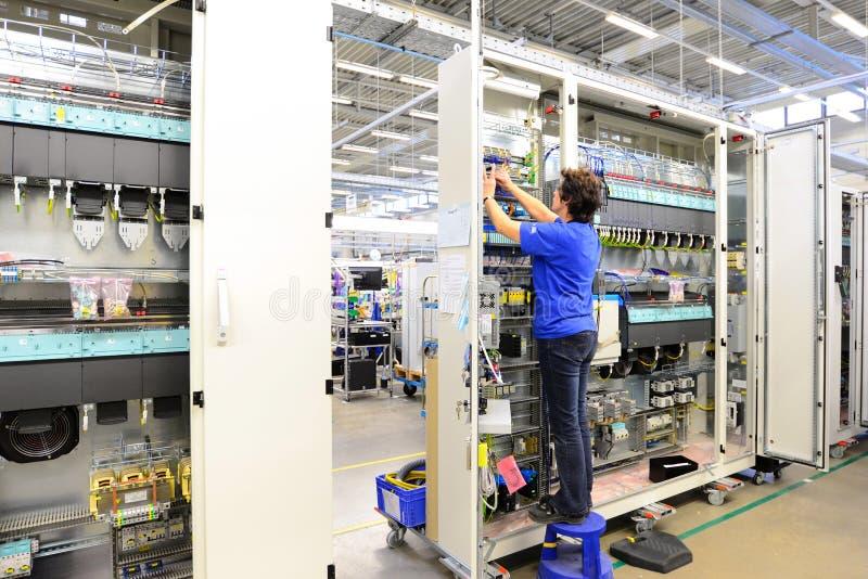 Produção e conjunto da microeletrônica em uma fábrica da olá!-tecnologia fotografia de stock royalty free