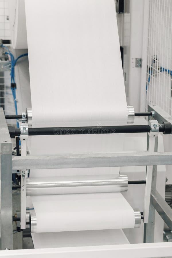 Produção na máquina de papel do rolo foto de stock royalty free