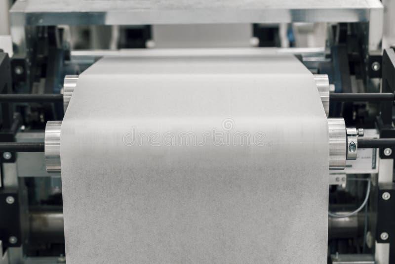 Produção na máquina de papel do rolo fotografia de stock