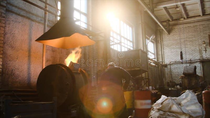 Producción de aluminio de las aleaciones de amo Cantidad com?n Los trabajos principales en la fundición fotos de archivo libres de regalías