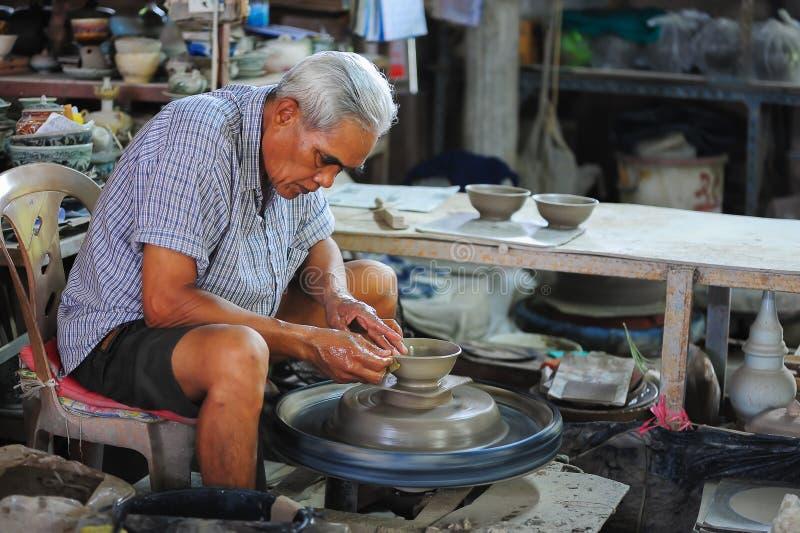 Producción de cerámica en pequeño taller fotos de archivo