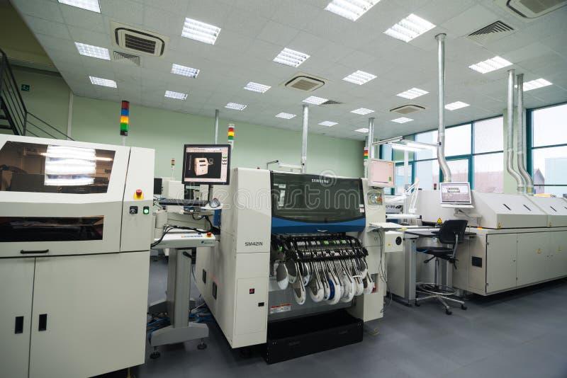 Producción de componentes electrónicos en de alta tecnología fotografía de archivo libre de regalías