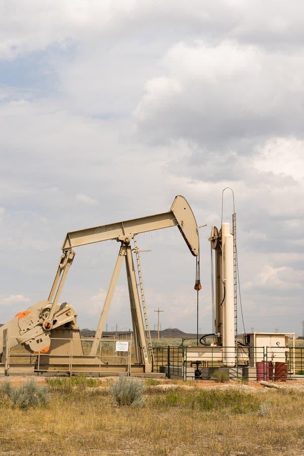 Producción de Derrick Pump Jack Fracking Energy del aceite foto de archivo
