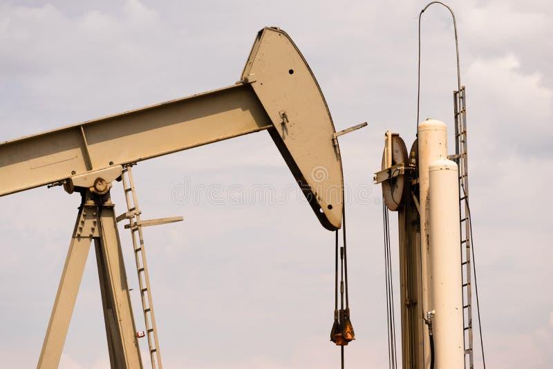 Producción de Derrick Pump Jack Fracking Energy del aceite imagenes de archivo