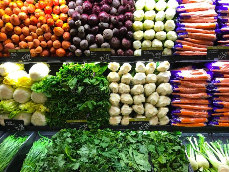 Producción de granja vegetal en estantes del ultramarinos de la tienda fotos de archivo libres de regalías