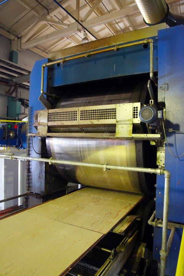 Producción de la madera contrachapada Equipo para el proceso de madera imagen de archivo libre de regalías