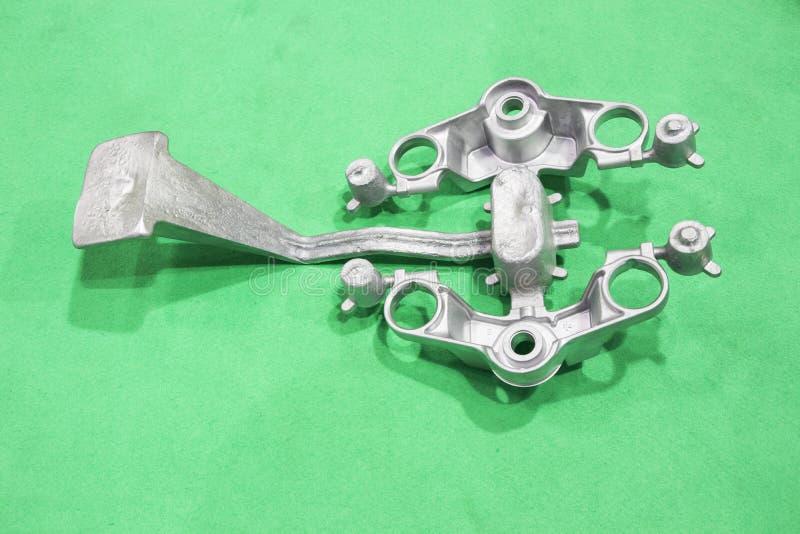 producción de la manija de la corona del motocycle por el proceso de aluminio del bastidor de la gravedad fotos de archivo libres de regalías