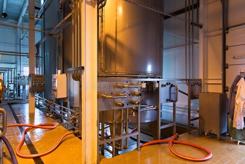 Producción de lechería industrial Los tanques de acero del almacenamiento en el fac de la leche foto de archivo