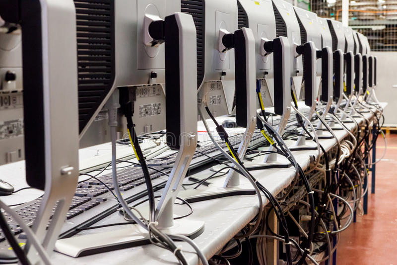Producción de los monitores LCD imagen de archivo libre de regalías