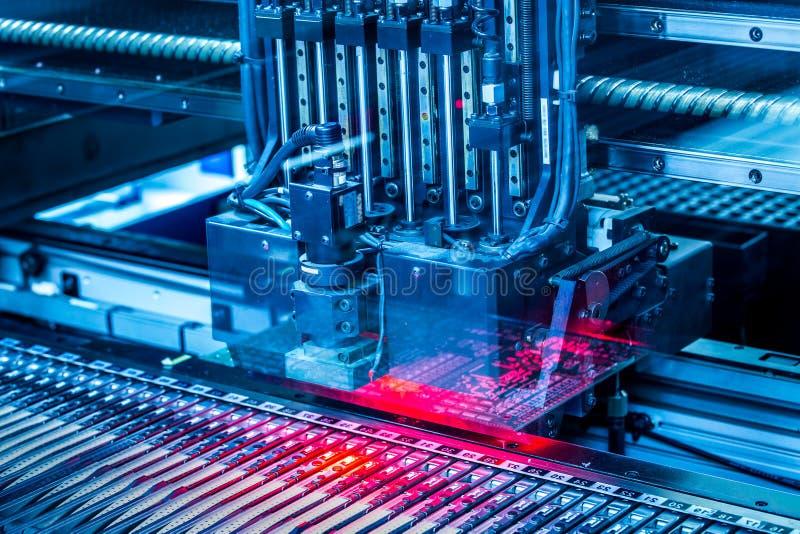 Producción de máquina del circuito electrónico fotos de archivo libres de regalías