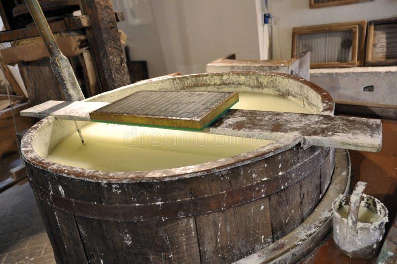 Producción de papel de algodón hecha a mano imagen de archivo