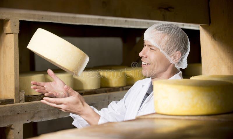 Producción de queso en la fábrica imagenes de archivo