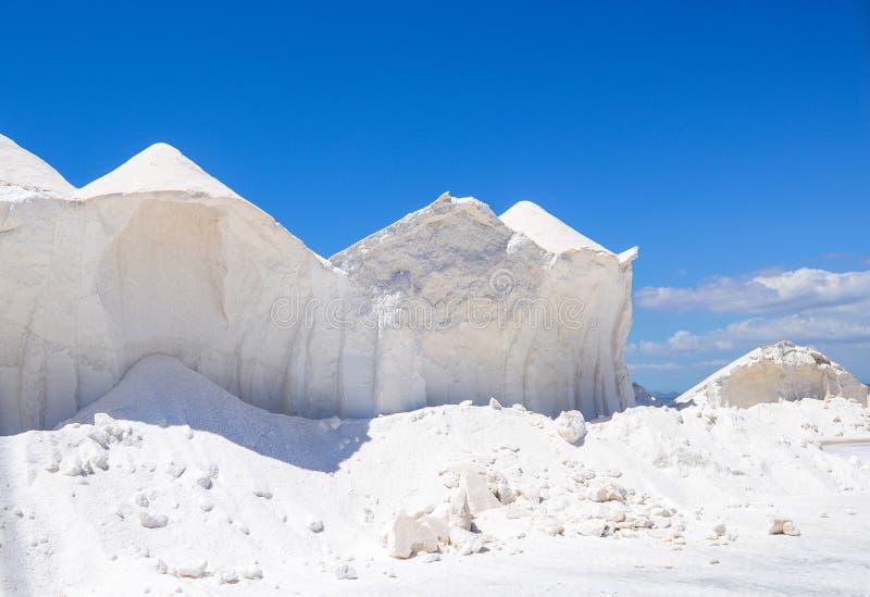 Producción de sal - pila de sal cruda imágenes de archivo libres de regalías