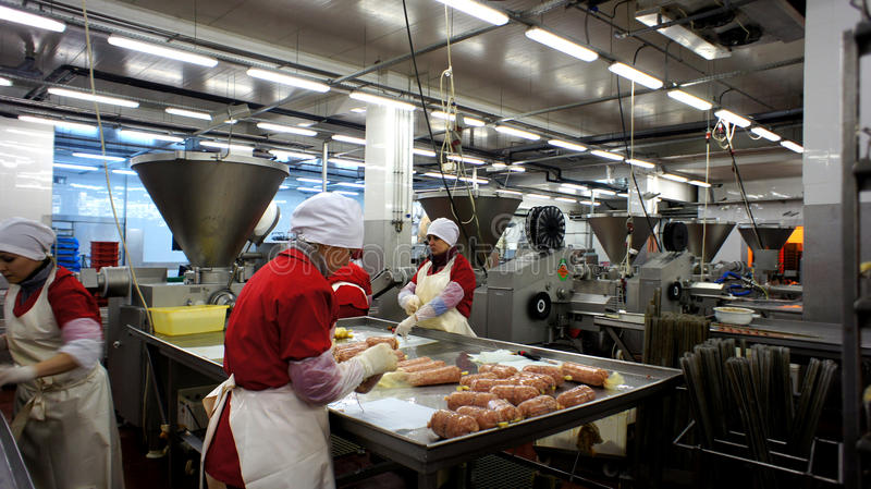 Producción de salchichas. Fábrica de la salchicha. imágenes de archivo libres de regalías