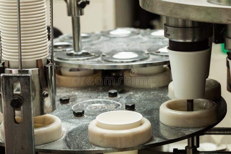 Producción de tazas de papel fuera de la cartulina para el café fotografía de archivo libre de regalías