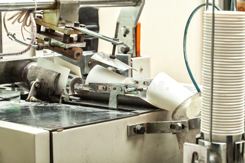 Producción de tazas de papel fuera de la cartulina para el café imágenes de archivo libres de regalías