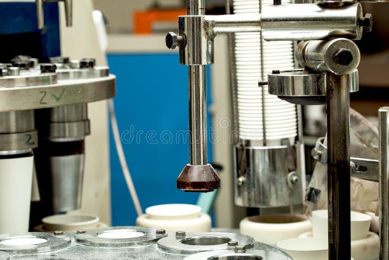 Producción de tazas de papel fuera de la cartulina para el café fotos de archivo libres de regalías
