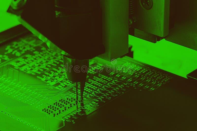 Producción industrial de microcircuitos del circuito Fabricación de componentes y de tableros de ordenador imágenes de archivo libres de regalías