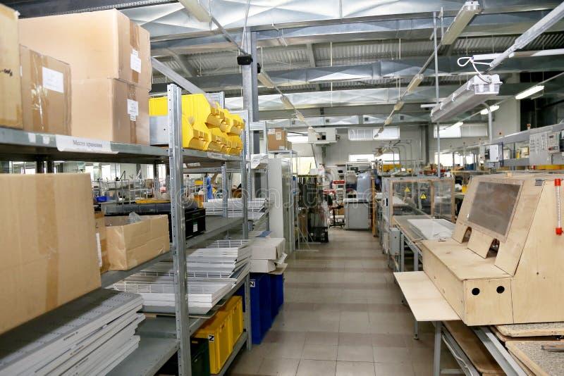 Producción interior moderna de los componentes de la electrónica, warehou de las piezas fotografía de archivo