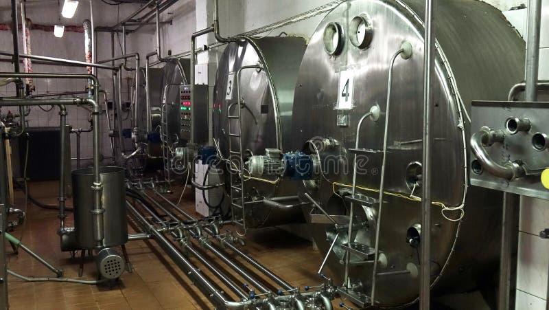 Producci?n de lecher?a industrial Almacenamiento de la leche en los tanques de acero fotografía de archivo