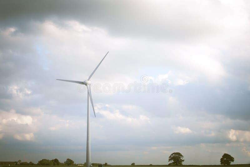 Producci?n energ?tica sostenible de recursos renovables naturales Parques e?licos y turbinas foto de archivo libre de regalías