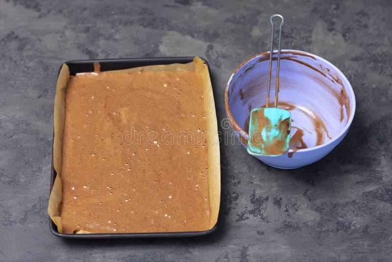 Producendo il rollè del pan di Spagna con la mousse della bacca - dolce prima di cuocere immagini stock libere da diritti