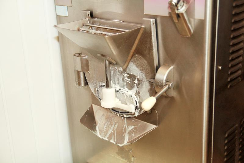 Producent maszyna dla produkcja lody, zbliżenie Przemysłowy przygotowanie śmietankowy lody fotografia royalty free