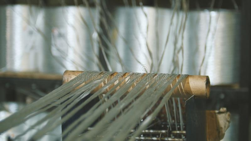 Produciendo las varillas de fibra de vidrio - fabricación de refuerzo compuesto, industria para la construcción imagen de archivo