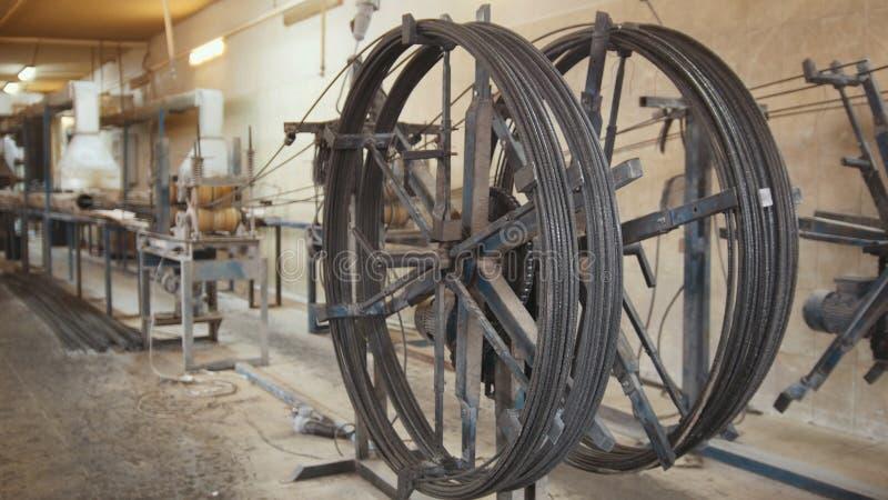 Produciendo las varillas de fibra de vidrio - fabricación de refuerzo compuesto, industria para la construcción fotos de archivo