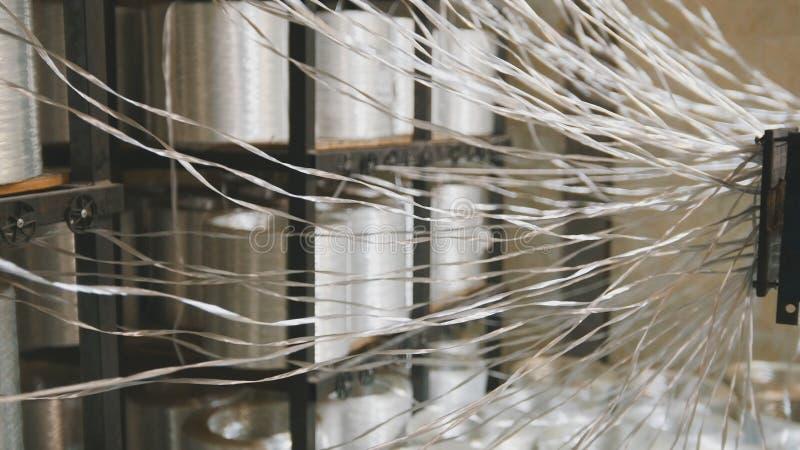 Produciendo las varillas de fibra de vidrio - fabricación de refuerzo compuesto, industria para la construcción fotos de archivo libres de regalías