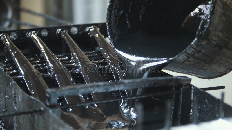 Produciendo las varillas de fibra de vidrio - fabricación de refuerzo compuesto, industria para la construcción imagen de archivo libre de regalías