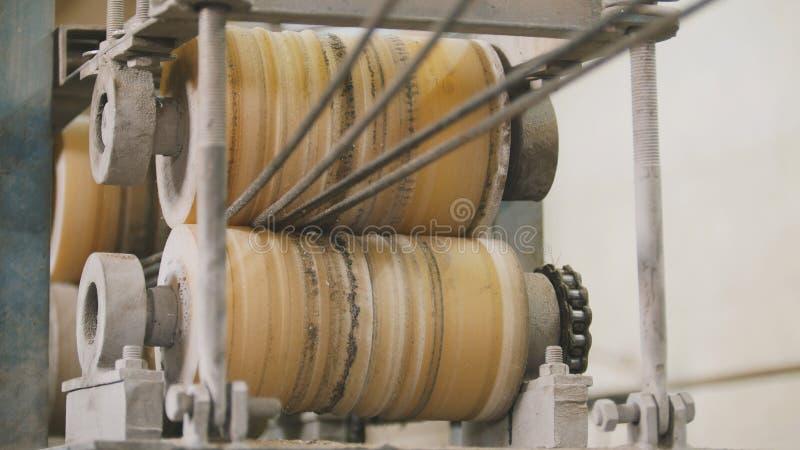 Produciendo las varillas de fibra de vidrio - fabricación de refuerzo compuesto, industria para la construcción foto de archivo