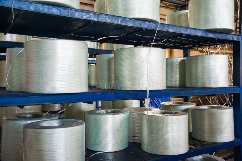 Produciendo las varillas de fibra de vidrio - fabricación de refuerzo compuesto fotos de archivo