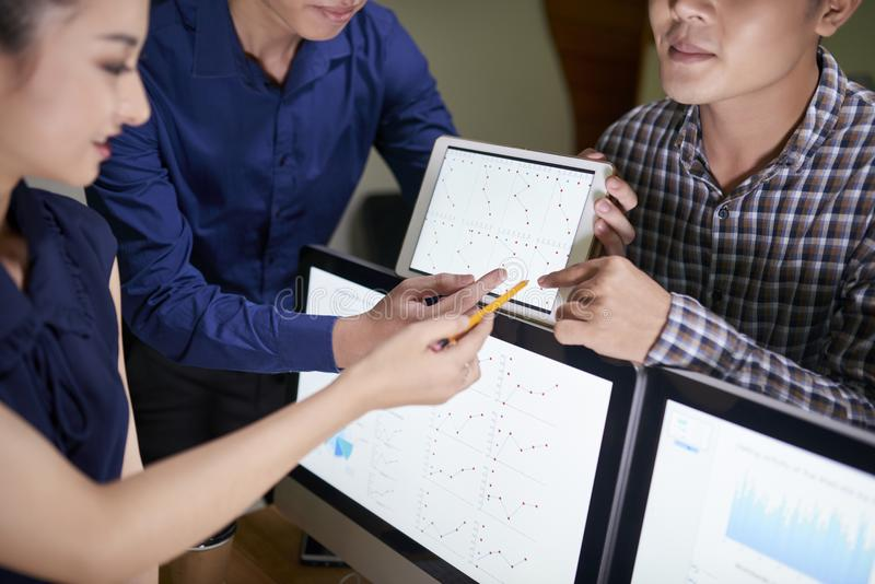 Product manager che discutono le statistiche mensili fotografie stock libere da diritti