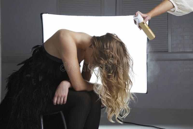 Product van het herenkapper het bespuitende haar op het haar van het model royalty-vrije stock afbeeldingen