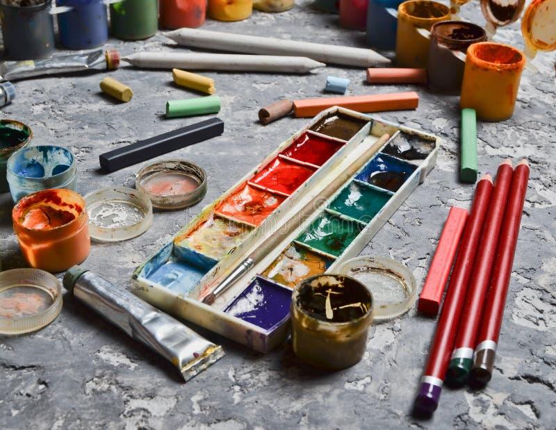Producten voor het trekken op een concrete lijst Het concept inspiratie voor verwezenlijking Multicolored gouache, olie, waterver stock foto's