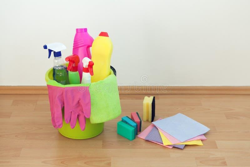 Producten voor huishouden schoonmaken die op de grond liggen royalty-vrije stock foto