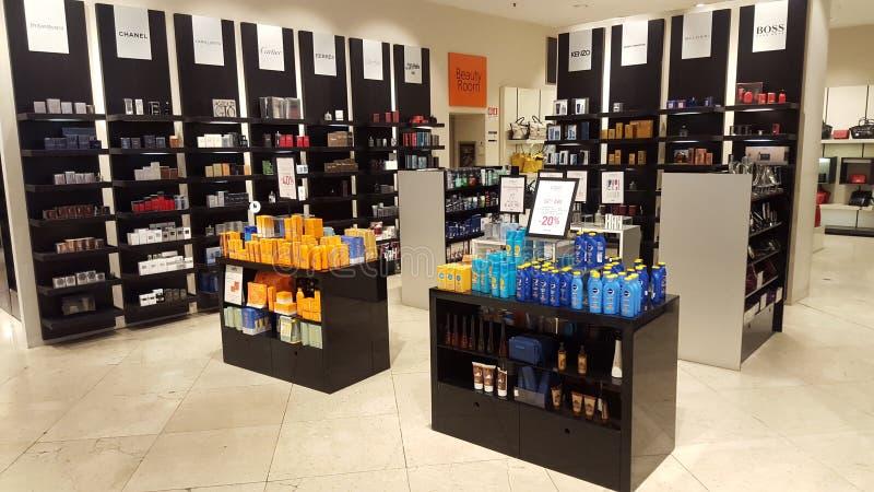 Producten voor schoonheid en lichaamsverzorging parfums Winkelplanken stock foto