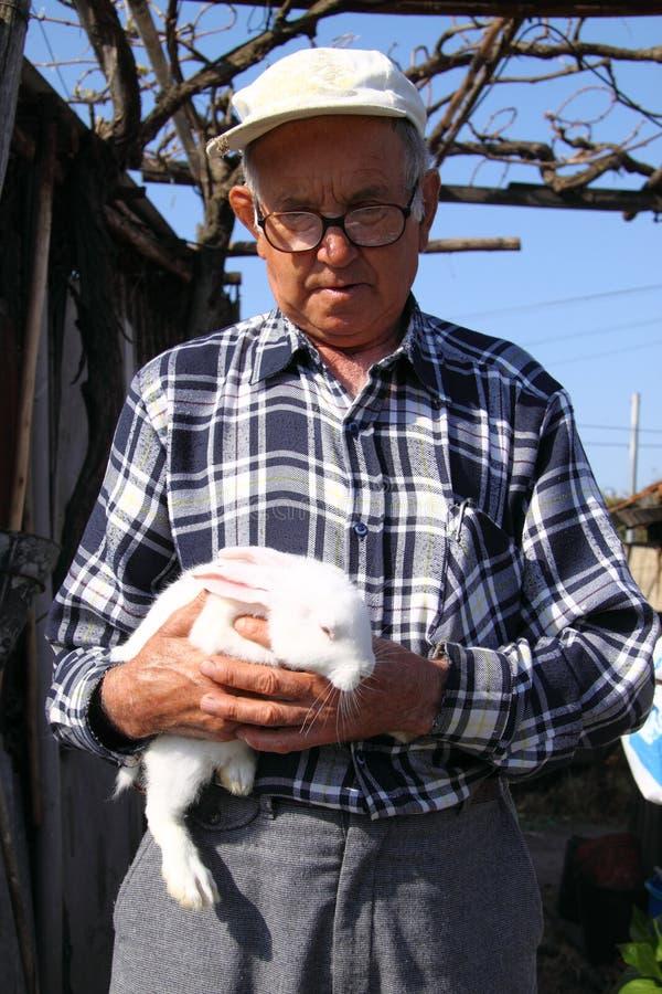 Producteur avec le lapin   photographie stock libre de droits