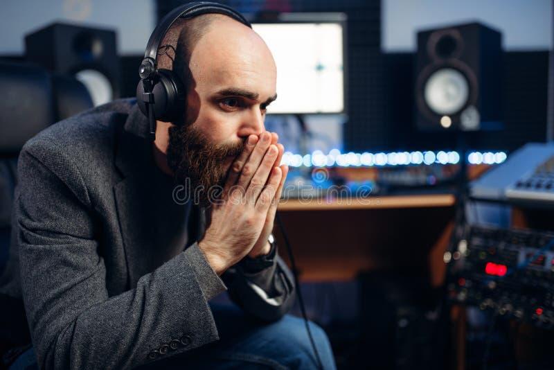 Producteur et chanteuse sains, studio d'enregistrement photographie stock libre de droits